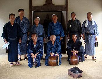箕面が誇る大阪府の無形文化財。白島太鼓念仏講の講員たち