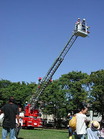 ミニ消防フェアではしご車体験!