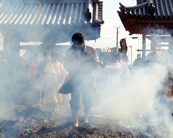 帝釈寺で火渡り修行