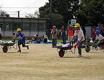 萱野東小校区地域運動会で防災リレー