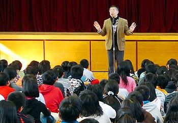 「主演男優賞」受賞作の作家・杉山亮さん、箕面の小学校を訪問