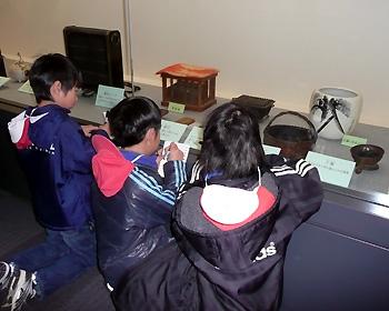 萱野東小3年生が「くらしの道具展」を見学