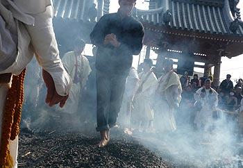 帝釈寺の火渡り修行