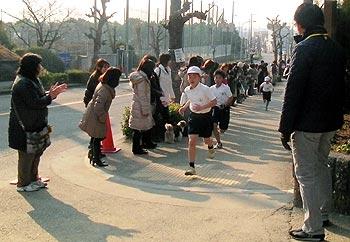 走れー!がんばれー!小学校のマラソン大会