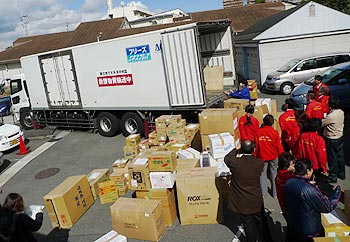 思いよ届け!救援物資のトラック、被災地へ出発