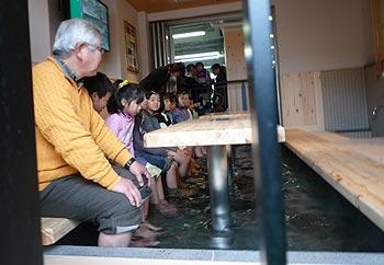 箕面駅に足湯オープン!
