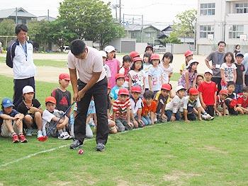 「石川遼の先輩」薗田峻輔プロが東小学校で子どもたちとスナッグゴルフ