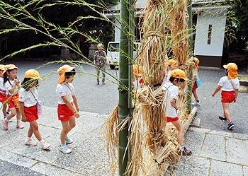 春日神社で子どもたちが茅の輪くぐり、願いは「∞」