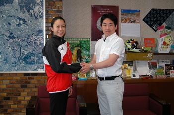 シンクロナイズドスイミング・ロンドンオリンピック日本代表チームの吉田胡桃さん、市長を表敬訪問!