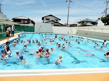 東小学校、ひがし幼稚園、東保育所の子どもたちがプールで交流