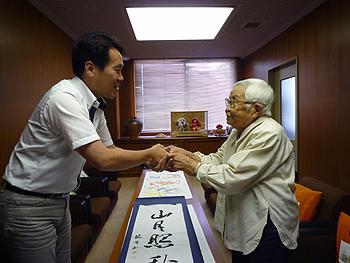 ご長寿をお祝い!市長が最高齢者を訪問しました