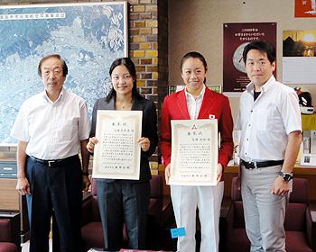 五輪で活躍!池端花奈恵さん、吉田胡桃さんに市長表彰