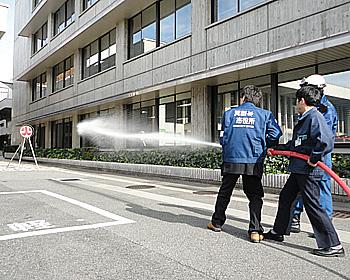いざ、消火!箕面市役所で消防訓練