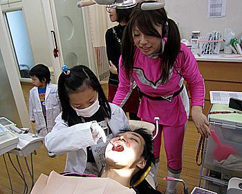子どもたちが歯科のお仕事体験