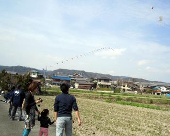 手づくりの凧をあげて遊ぼう