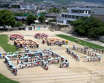 南小学校創立60周年。みんなで記念の航空写真撮影