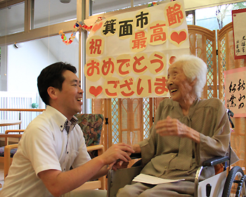 箕面市最高齢107歳の佐藤操さんにご長寿のお祝い