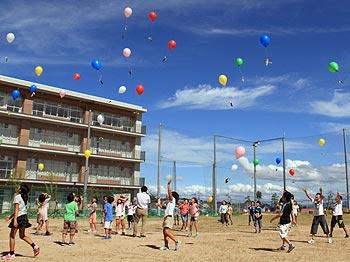 届け、私たちの思い…彩都の丘学園4年生の、空飛ぶメッセージ