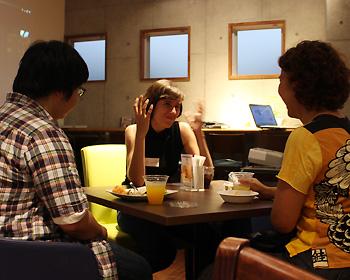メキシコからの留学生と箕面の若者がカフェで交流