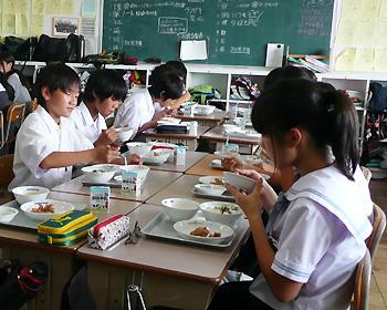 箕面市立中学校で給食が始まりました!