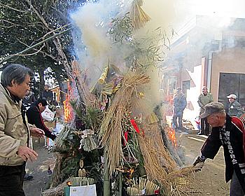 小正月の火祭り行事「とんど祭」