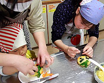 箕面食育フェアで「おにぎりでゆずるの顔を作ろう」