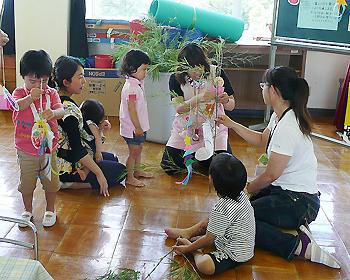 幼稚園で七夕飾りづくり