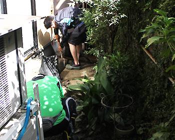 8/24の豪雨による土砂を片付ける災害ボランティアさん活動中