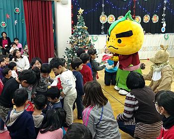 ゆずるも来たよ!幼稚園で冬のお楽しみ会が開かれました