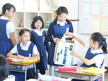 聖母被昇天学院小学校で「お米ひとにぎり運動」