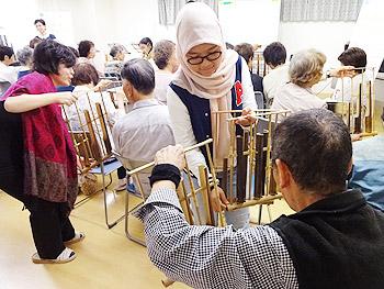 インドネシアの伝統楽器「アンクルーン」体験
