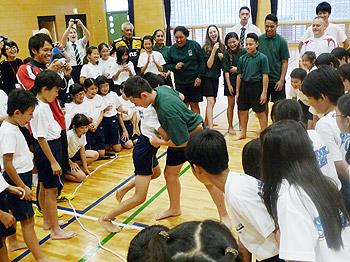 大歓声!ニュージーランド対日本、相撲対決