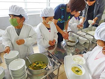 小学1年生の給食が始まっています