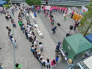 人の輪が描くハート…チャリティコンサート「手をつなごう熊本!!」