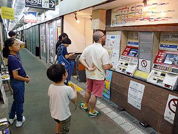 市場の中に、地下鉄の駅ができたんだ。ふーん…って、ええええっ!?