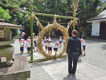 春日神社で茅の輪くぐり
