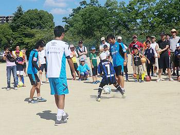 ガンバ大阪の選手やコーチと楽しむ「箕面親子サッカー教室」