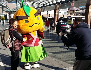 プロのカメラマンが滝ノ道ゆずると記念撮影!箕面ゆずフェア2016