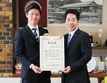 箕面出身のサッカー亀川諒史選手に箕面市長表彰!
