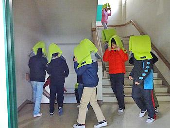 学校椅子用クッションが、防災頭巾に!