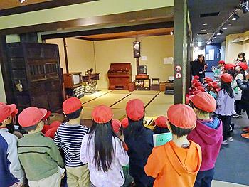 小学3年生が「暮らしの道具展」を見学