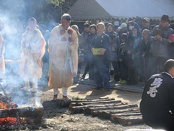 阿比太神社の節分祭、火渡り神事