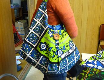 アフリカの生地を宮城県石巻市で縫製したバッグ