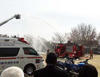 パトカー・消防車が大集合!警察と消防の合同発隊式