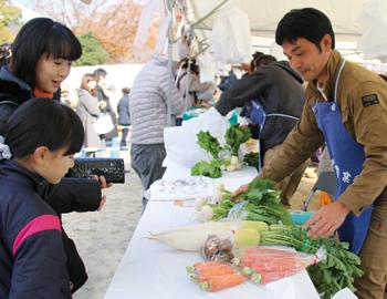 箕面産野菜がズラリ!「第42回箕面市農業祭」