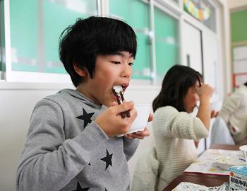 東小学校50周年記念米、いただきます!