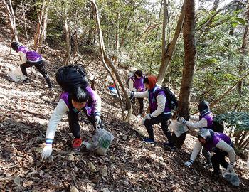台湾の中・高生が、箕面の山で清掃活動を行いました