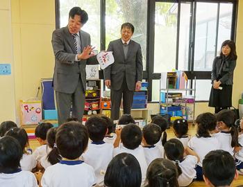 「タオルの日」を幼稚園へPR