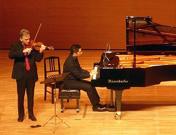 子どもたちが世界一流のヴァイオリンの響きを体験