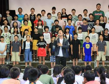 絵本「パパの柿の木」が歌に。東小学校の特別授業で披露